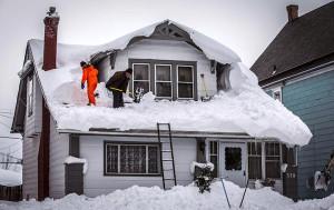 Уборка снега с крыши дома